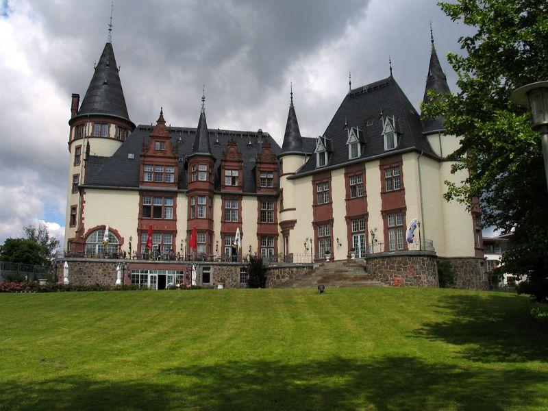 """Wo die Müritz und der Kölpinsee sich ganz nahe kommen liegt der Ort Klink mit seinem Traumschloss, das jetzige """"Schlosshotel Klink"""" an der Müritz"""